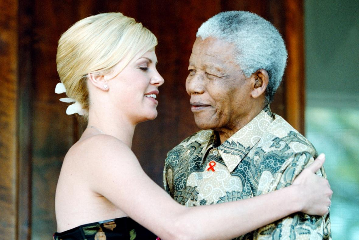 Charlize Theron a Nelson Mandela