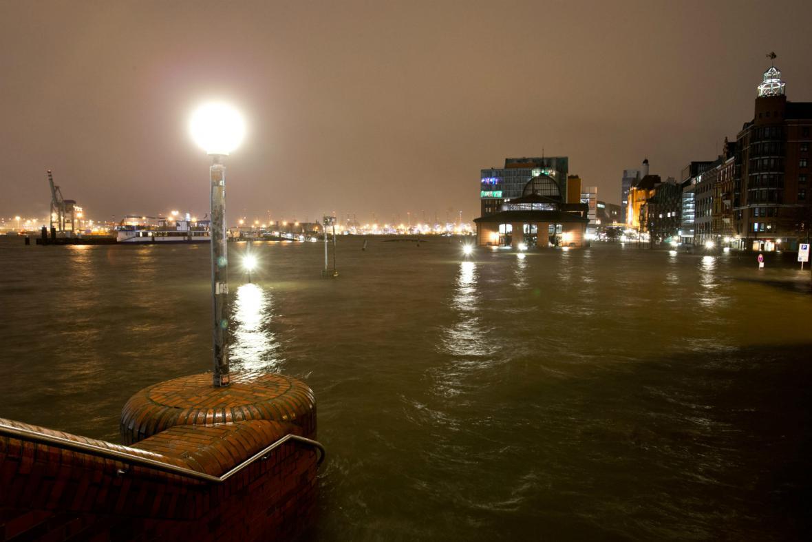 Rybí trh v Hamburku byl kvůli orkánu Xaver zaplaven