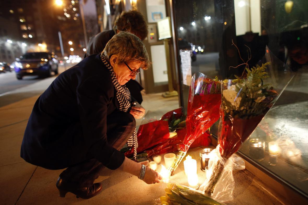 Lidé zapalují svíčky u jihoafrického konzulátu v New Yorku