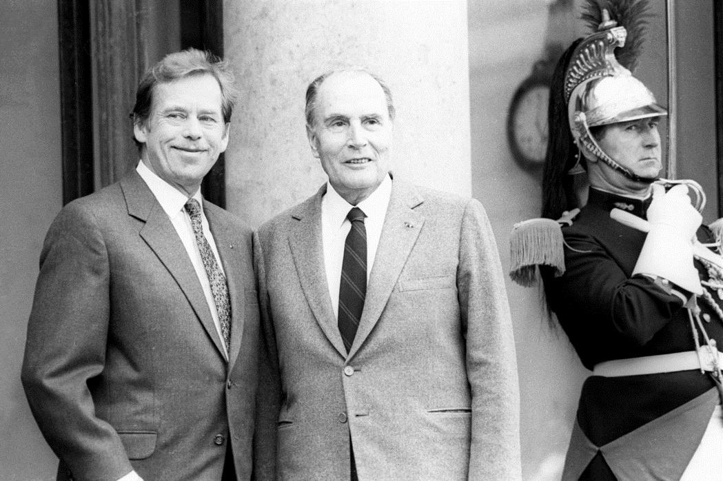 Prezident Václav Havel s prezidentem Francoisem Mitterrandem před Elysejským palácem v roce 1990