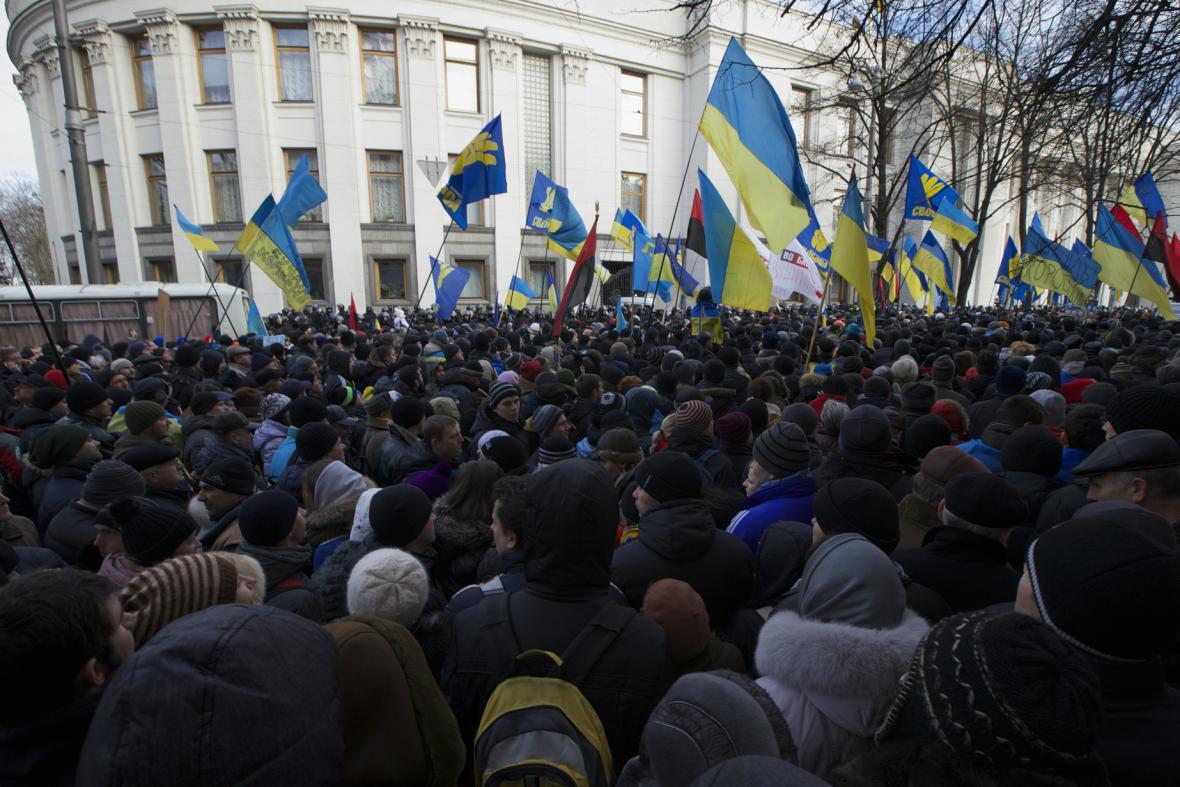 Demonstranti před sídlem ukrajinského parlamentu