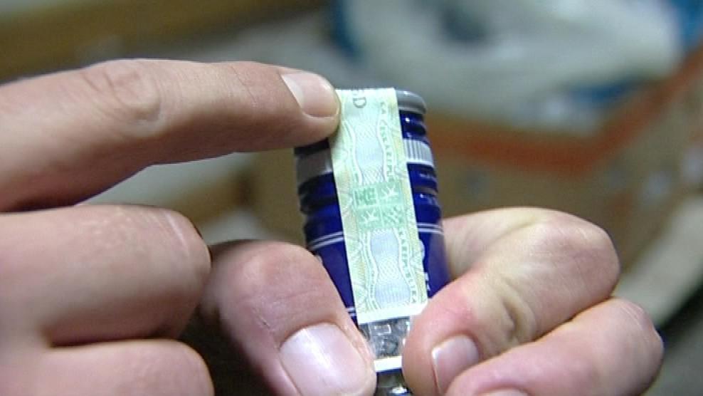 Celníci kontrolují číslo kolku i jeho umístění na láhvi