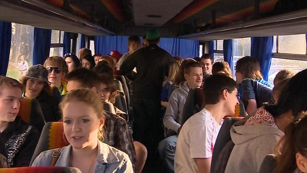 Ze Vsetína odjelo demonstrovat několik desítek studentů