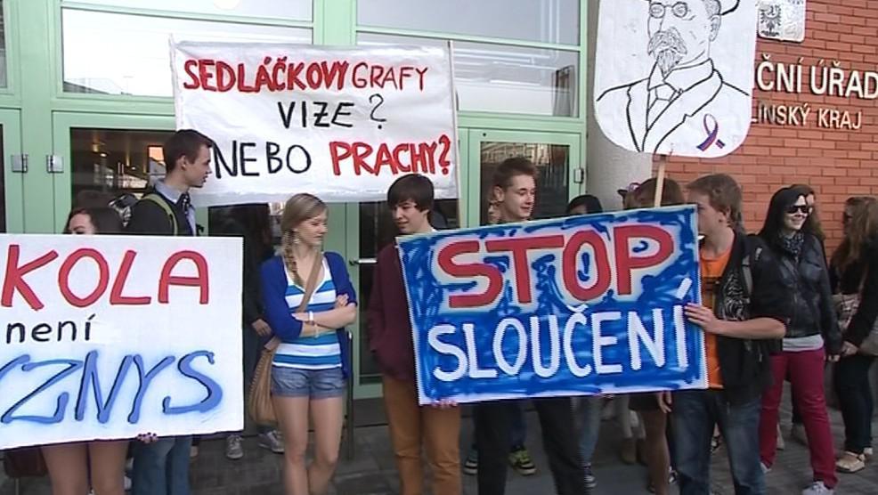 Protest vsetínských studentů před krajským úřadem
