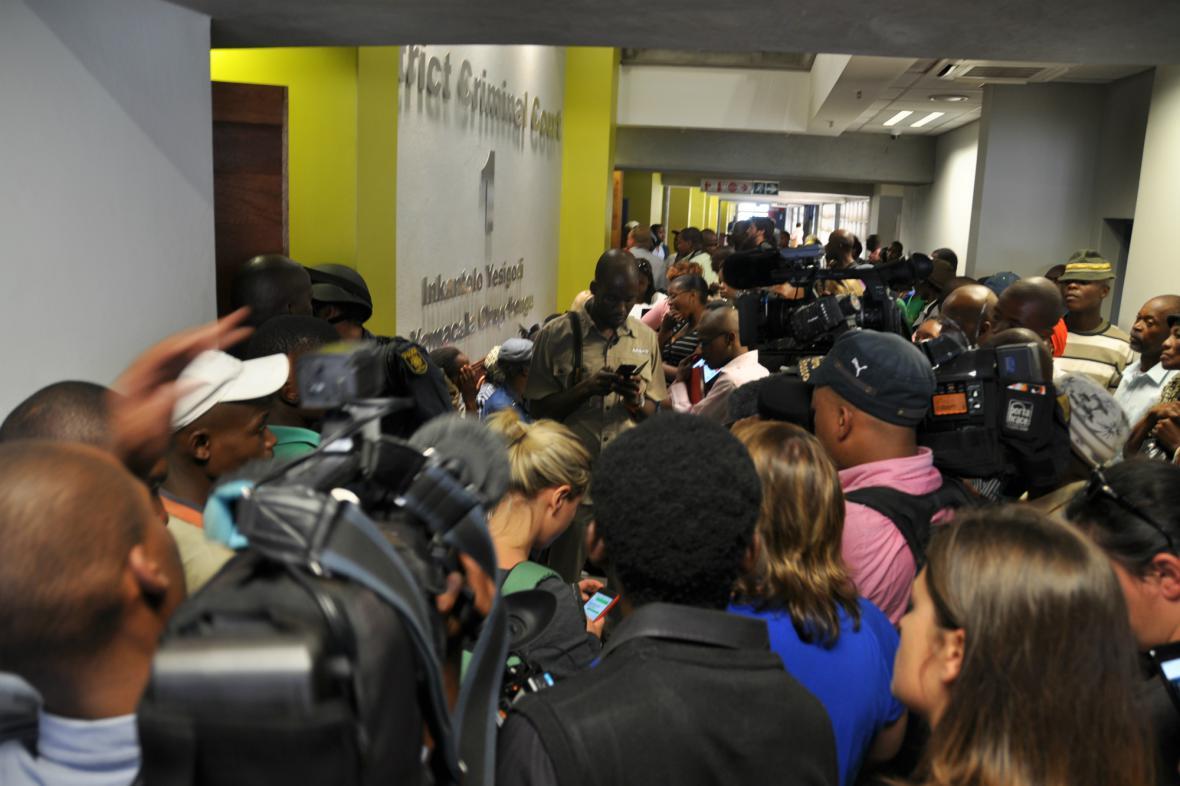 Tlačenice novinářů před Krejčířovým soudním stáním