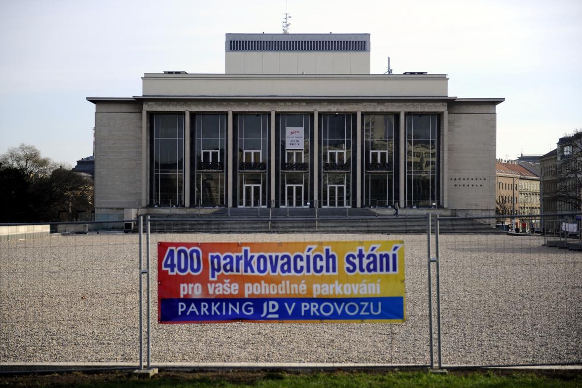 Nové parkoviště skýtá 400 parkovacích míst