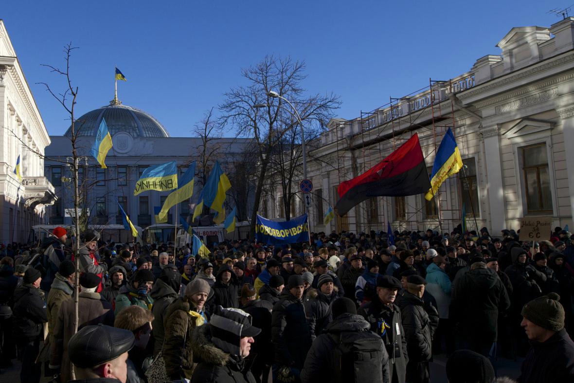 Demonstranti před sídlem parlamentu v Kyjevě