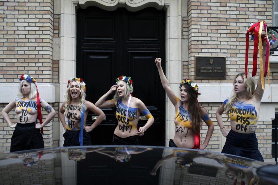 Protest aktivistek z hnutí Femen v Paříži proti ukrajinskému prezidentu Janukovyčovi