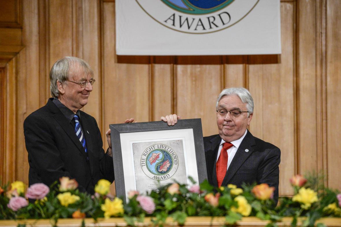 Paul Walker (vpravo) přebírá alternativní Nobelovu cenu