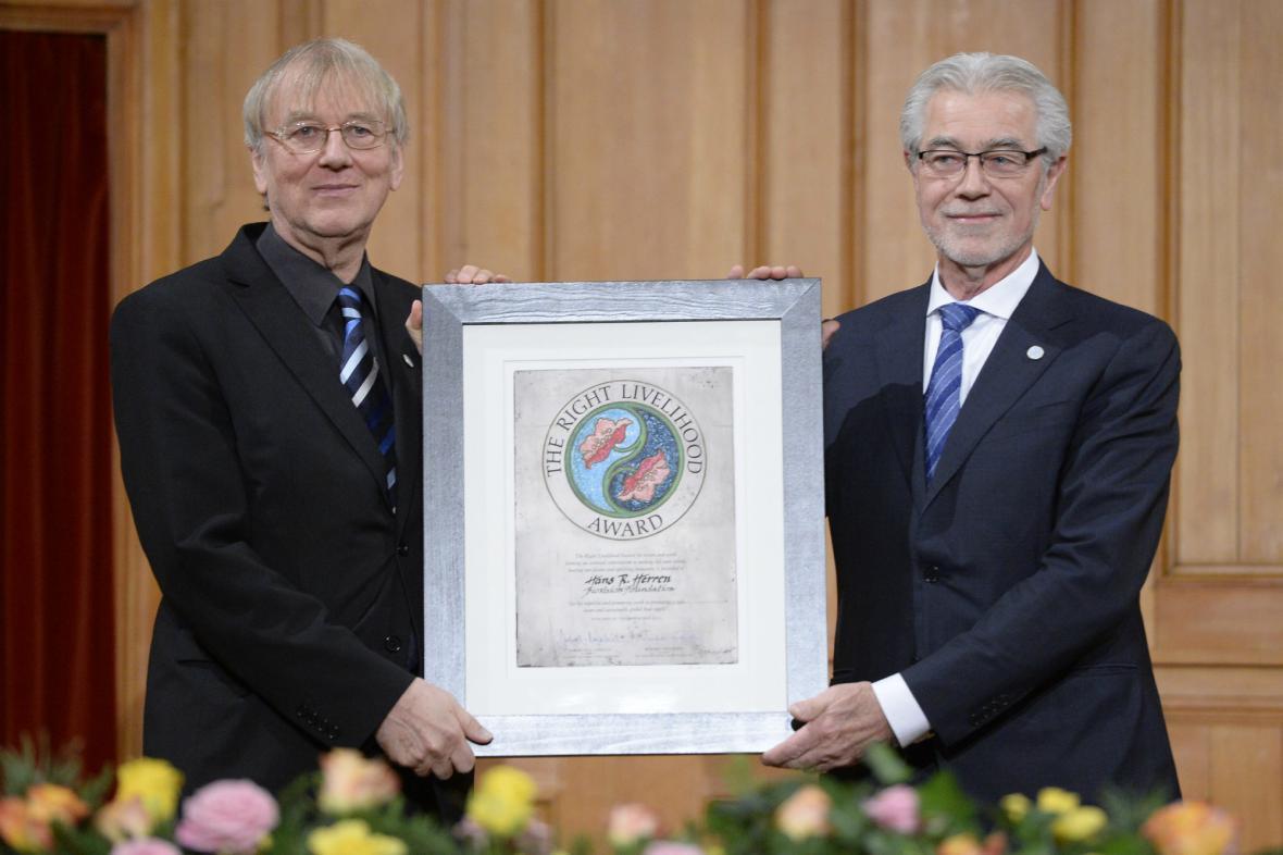 Alternativní Nobelovu cenu získal agronom Hans Herren (vpravo)