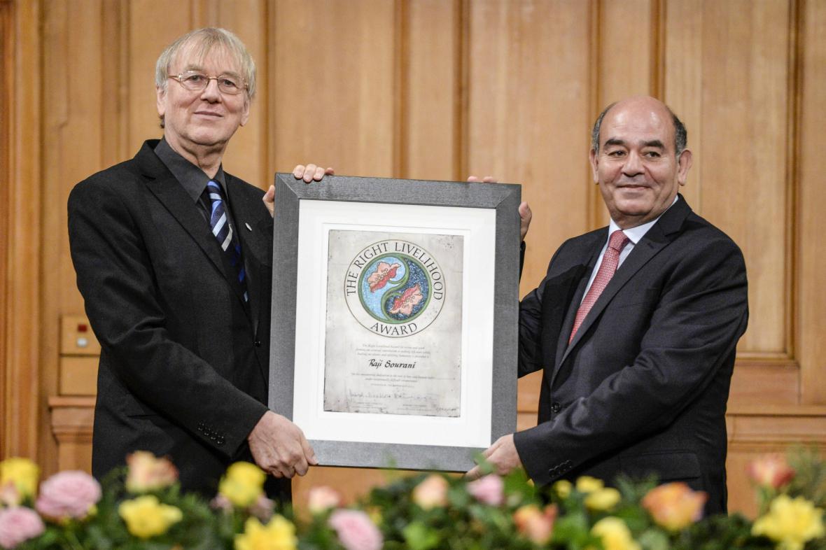 Radží Surání (vpravo) přebírá alternativní Nobelovu cenu