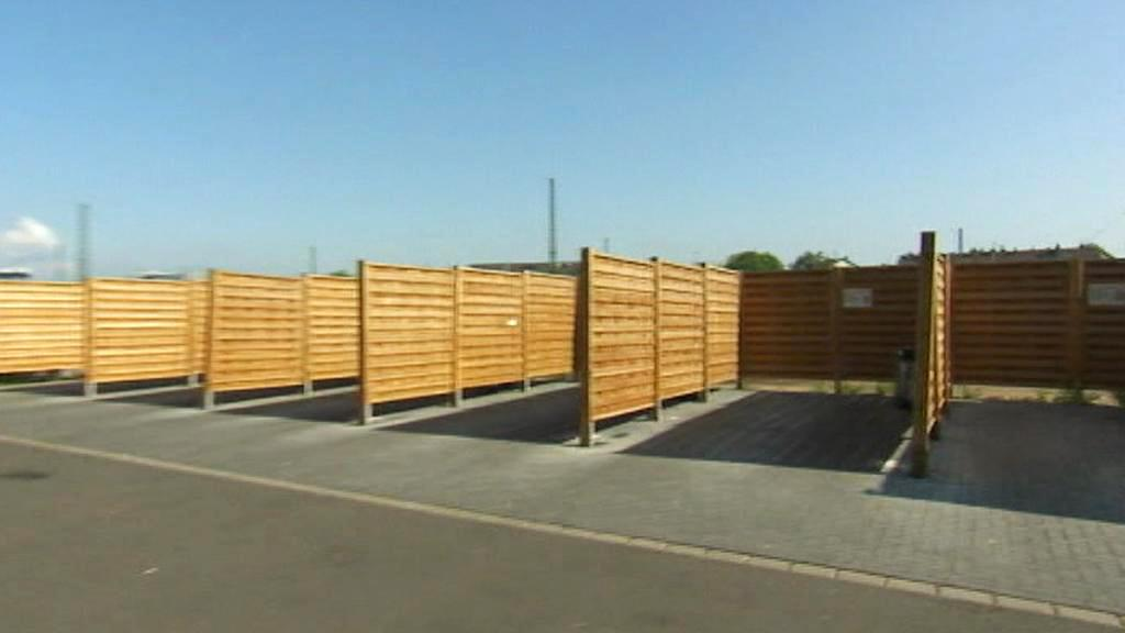 Dřevěné boxy na parkovišti pro bonnské prostitutky