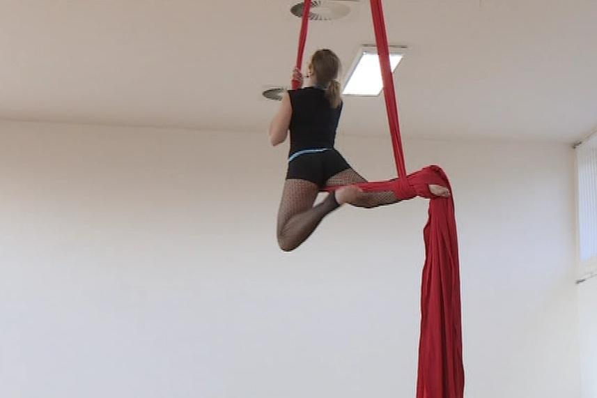 Cvičení uvnitř nové cirkusové haly