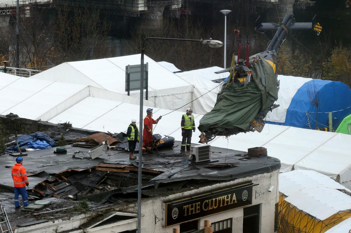 Záchranáři vyzvedli z trosek baru vrak vrtulníku