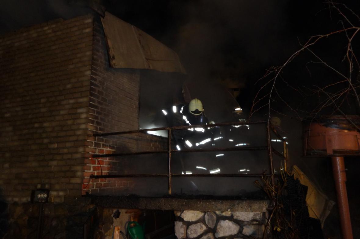 Hasiči požár chaty lokalizovali kolem 22. hodiny