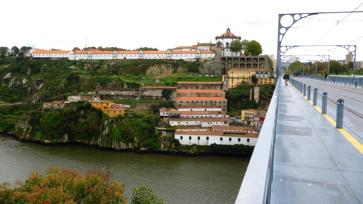 Výrobny Portského na svazích kolem řeky Douro v srdci Porta