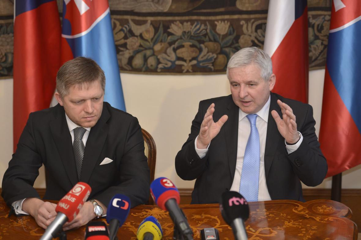 Premiér v demisi Jiří Rusnok (vpravo) a slovenský premiér Robert Fico