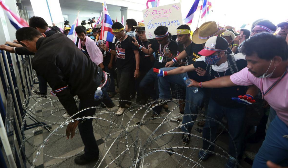 Demonstranti se snaží dostat do budovy vlády