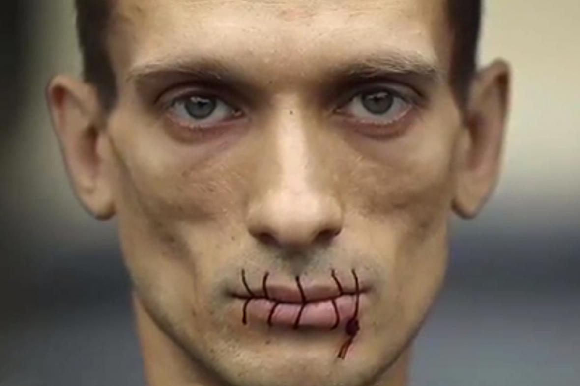 Petr Pavlenskij se zašitými ústy