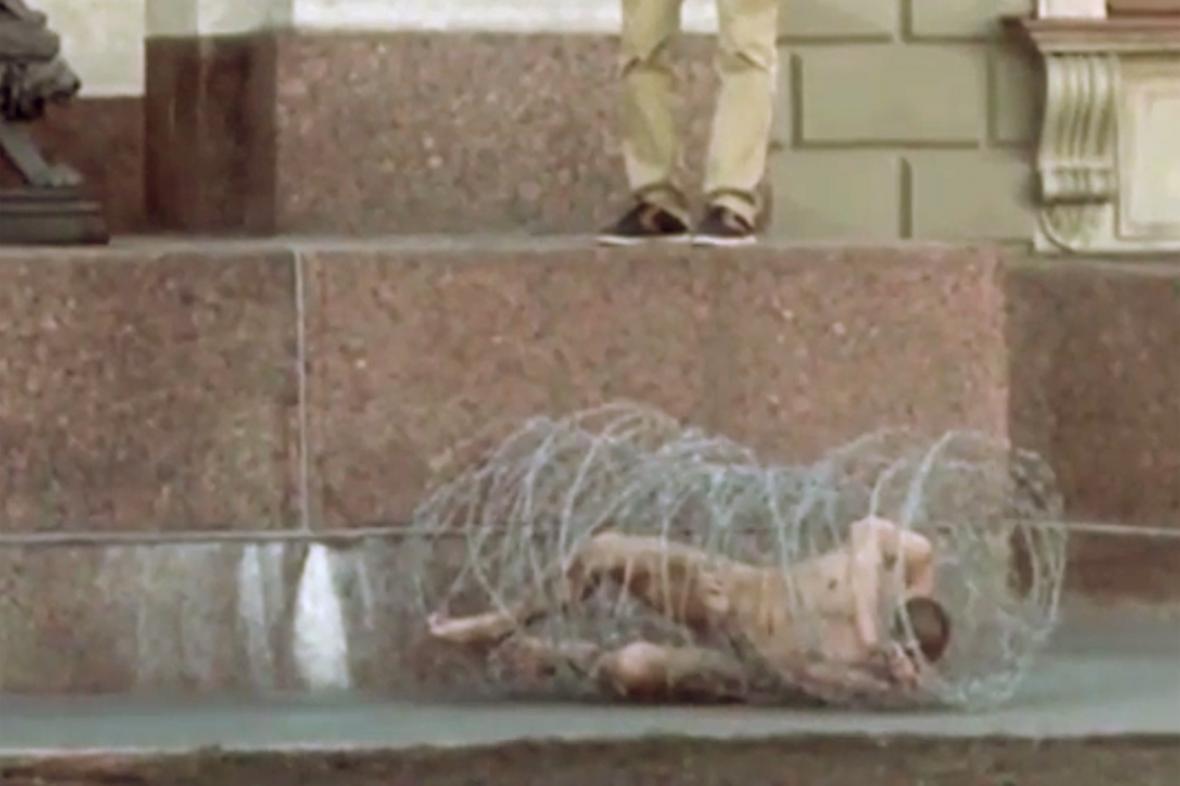 Petr Pavlenskij se v Petrohradě zabalil do ostnatého drátu
