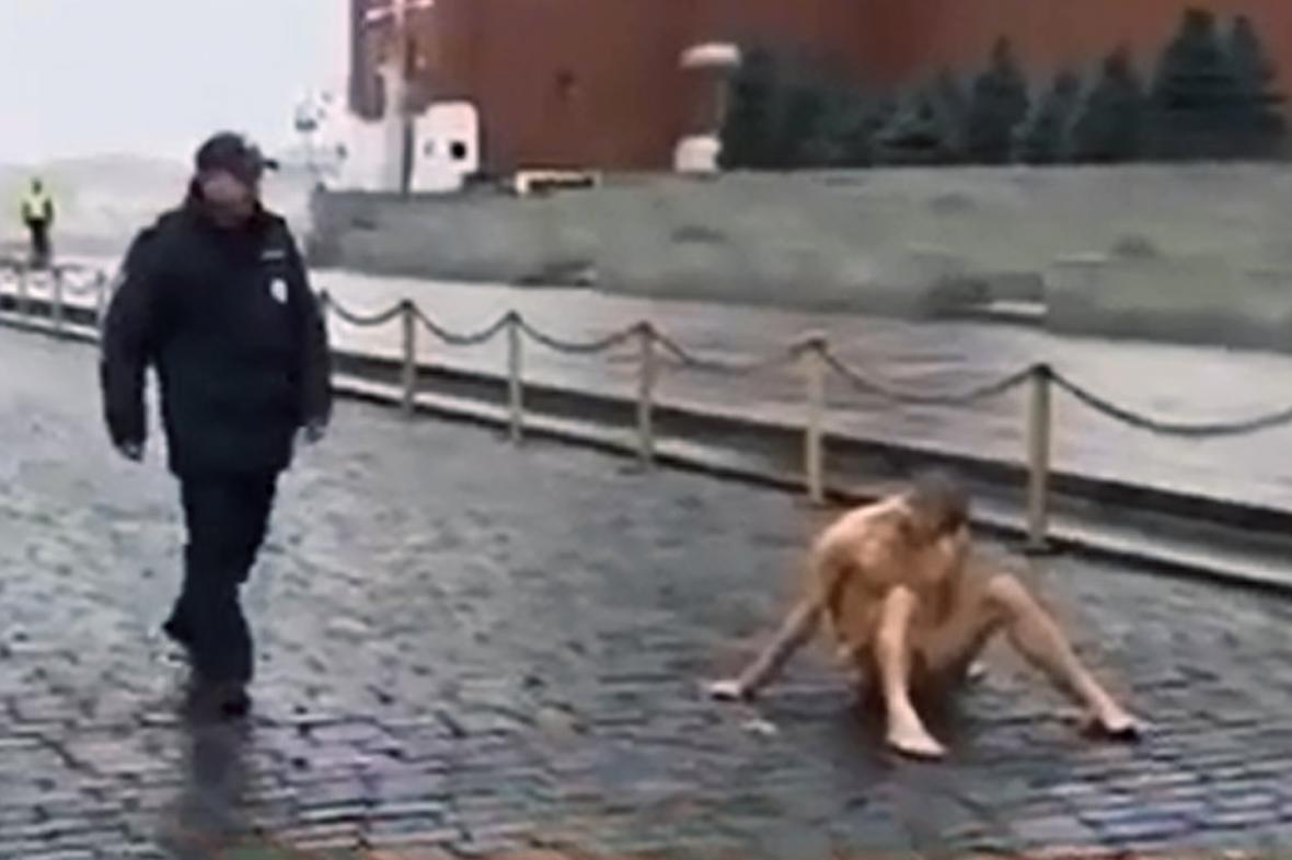 Petr Pavlenskij přibitý na Rudém náměstí