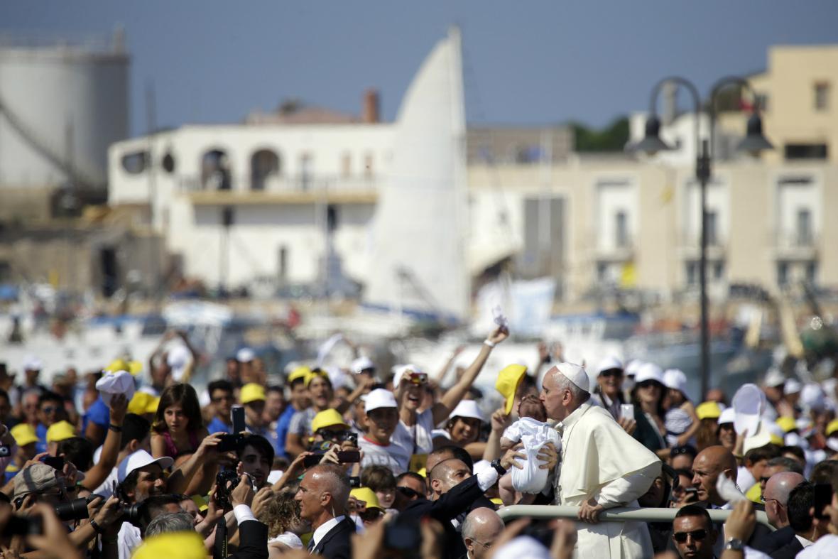 Františka čekaly na Lampeduse zástupy lidí