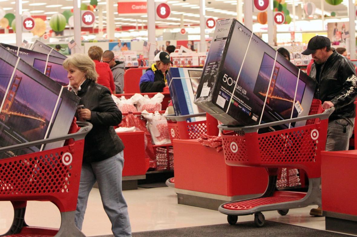 Černý pátek v USA - lidé nakupují televize se slevami