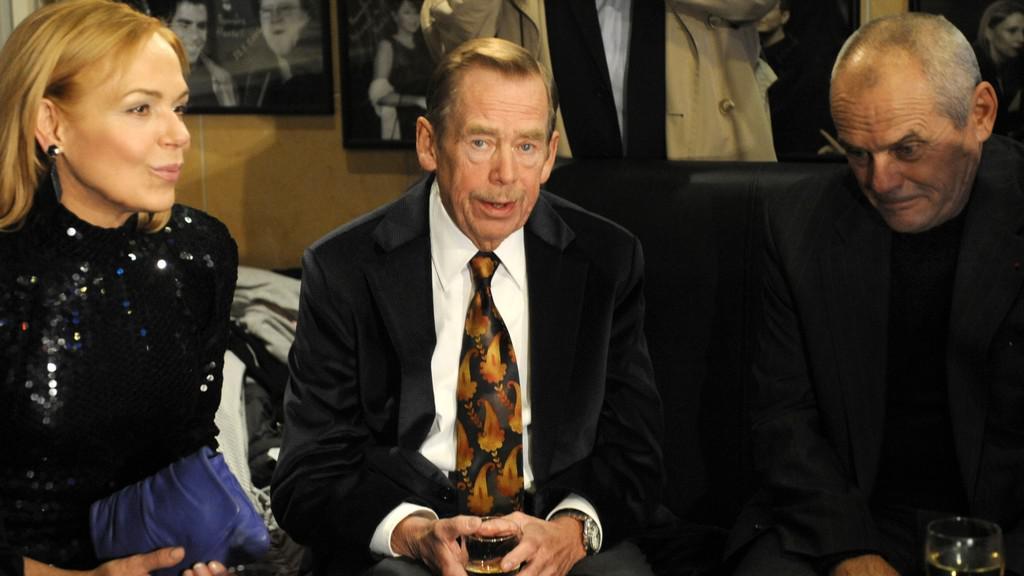 Václav Havel s manželkou a Milanem Kňažkem