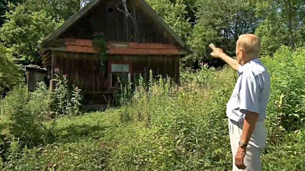 Czeslaw Polziec ukazuje místo, kde se ukrývala Gerstenova rodina