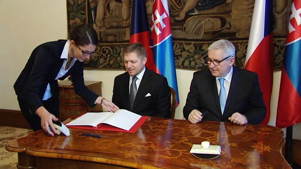 Fico a Rusnok při podpisu smlouvy