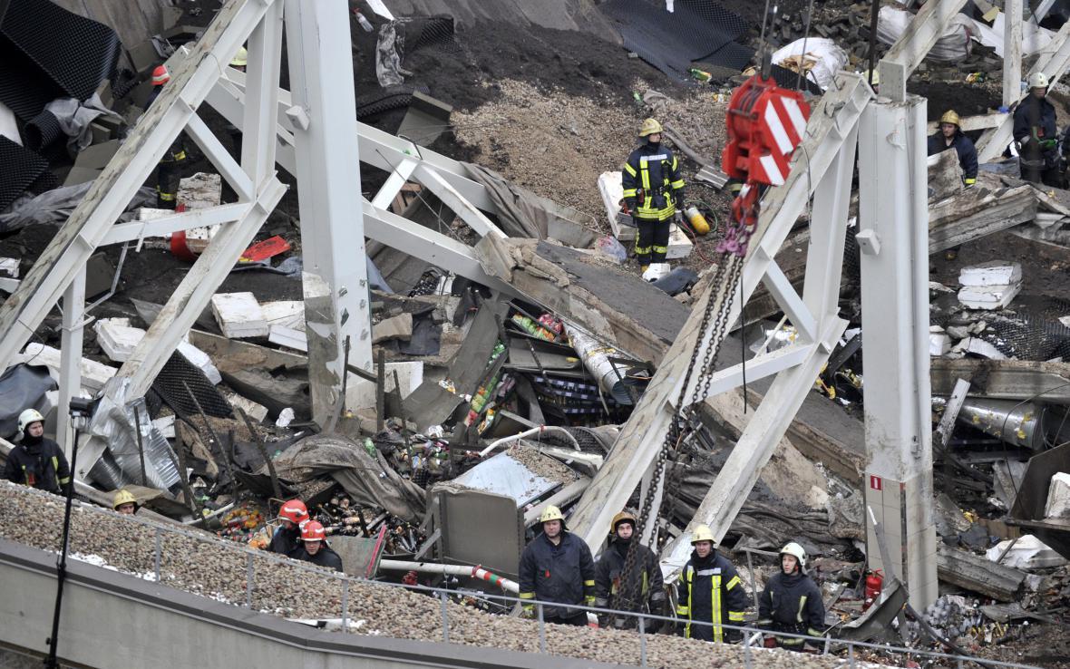 Záchranáři prohledávají trosky obchodu v Rize