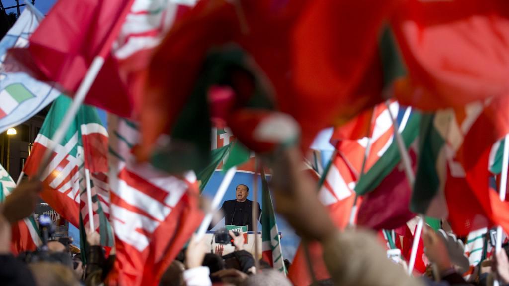 Silvio Berlusconi má projev před svými příznivci