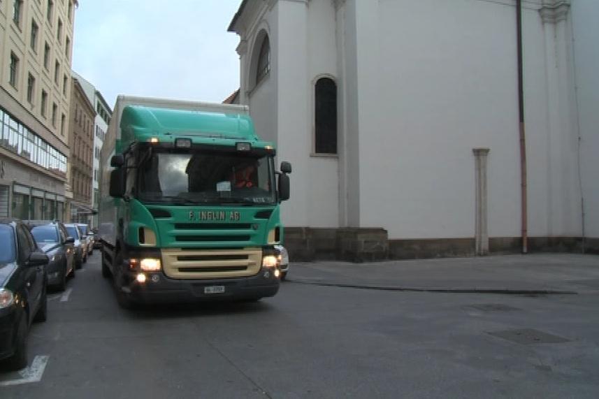 Nákladní auta přivážejí varhany ze Švýcarska