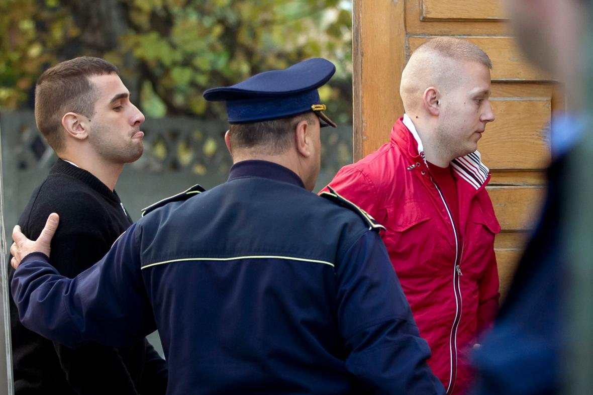Alexandru Bituu (vlevo) a Eugen Darie (vpravo) u rumunského soudu