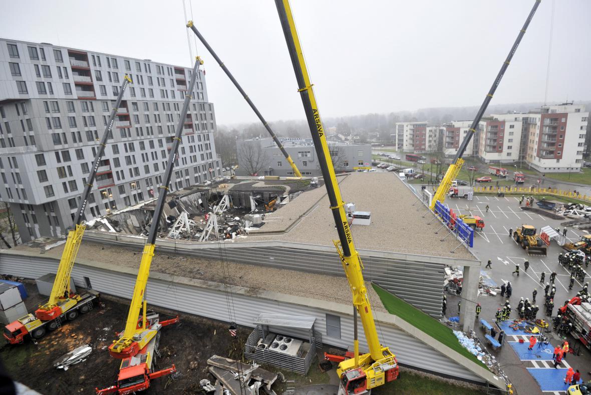 Odklízení trosek po neštěstí v lotyšské Rize