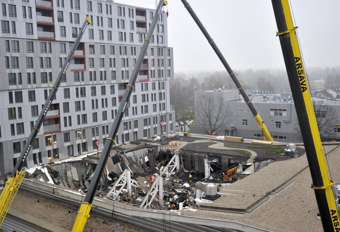 Zřícená střecha obchodu v lotyšské Rize