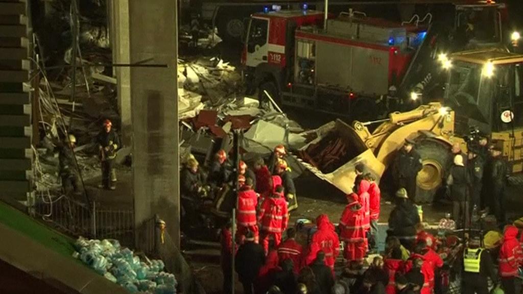 Záchranné práce na místě zřícení obchodního centra