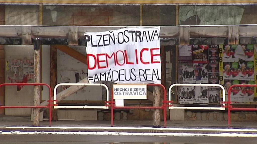 Transparent u zchátralého domu Ostravica-Textilia