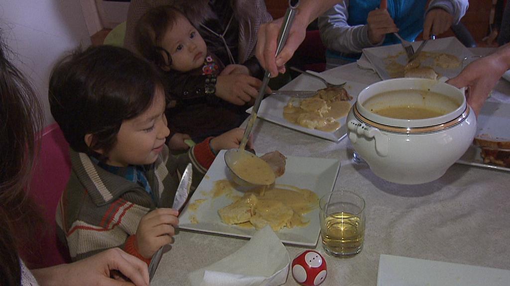 Vietnamská rodina na obědě u české rodiny