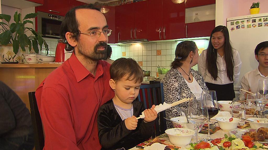 Česká rodina na obědě u vietnamské rodiny