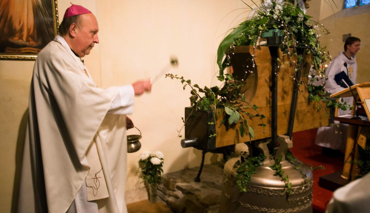 Českobudějovický biskup Pavel Posád žehná novému zvonu