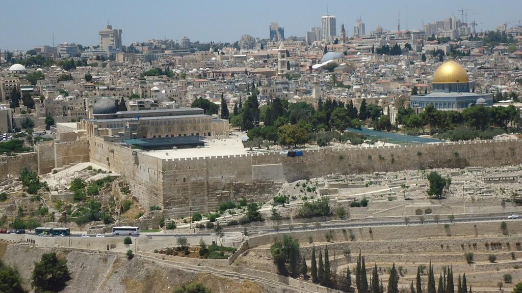 Skalní dóm a mešita Al-Aksá (vlevo)