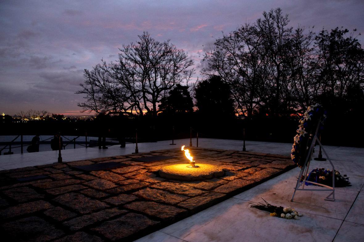 Vzpomínka na Kennedyho na Arlingtonském hřbitově
