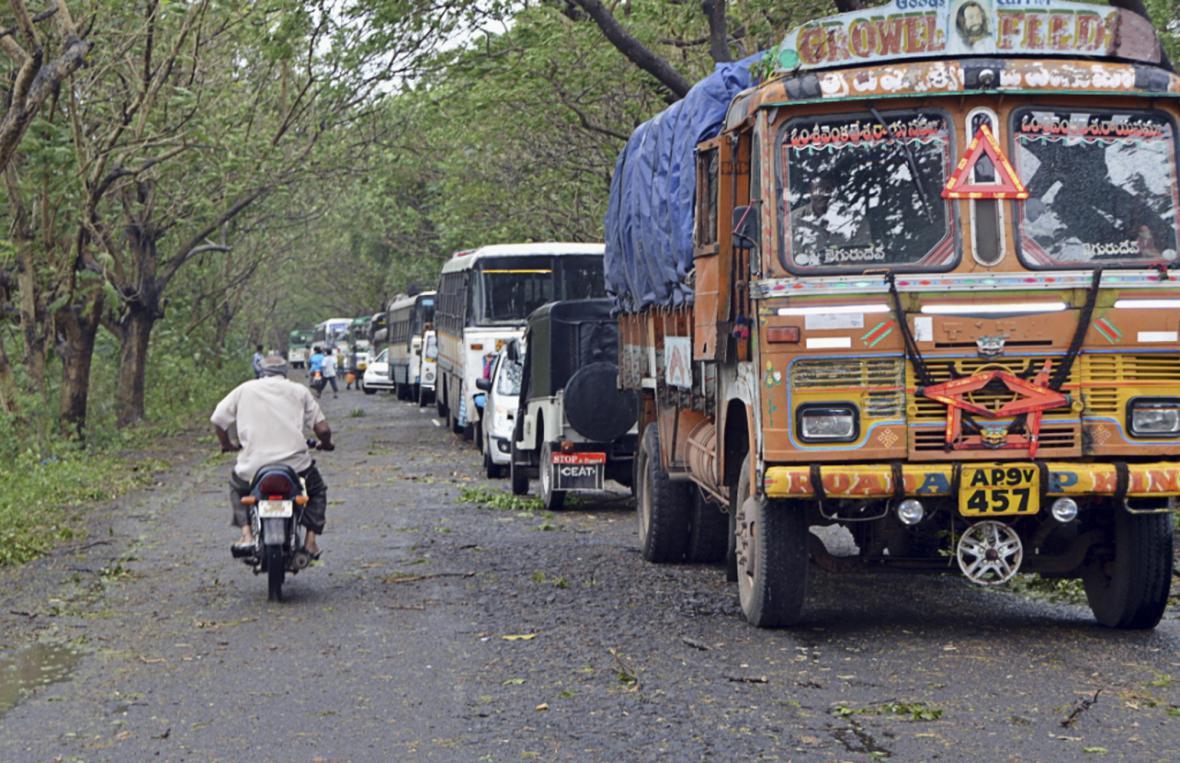 Stromy spadlé po cyklonu Helen zablokovaly v Indii silnice
