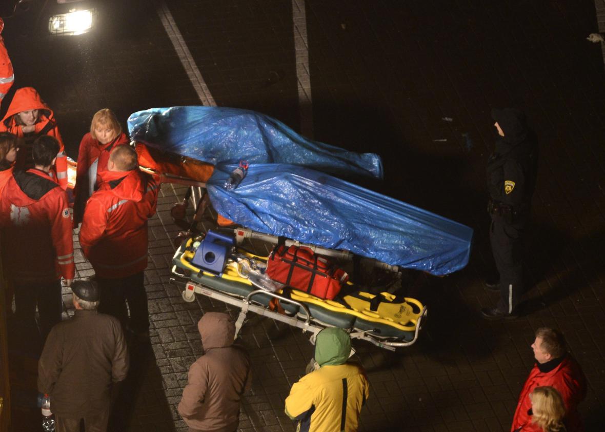 Pád střechy obchodu v Rize si vyžádal desítky obětí