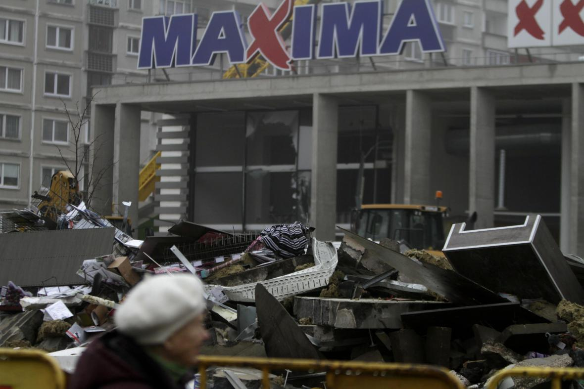 Trosky před obchodem v lotyšské Rize