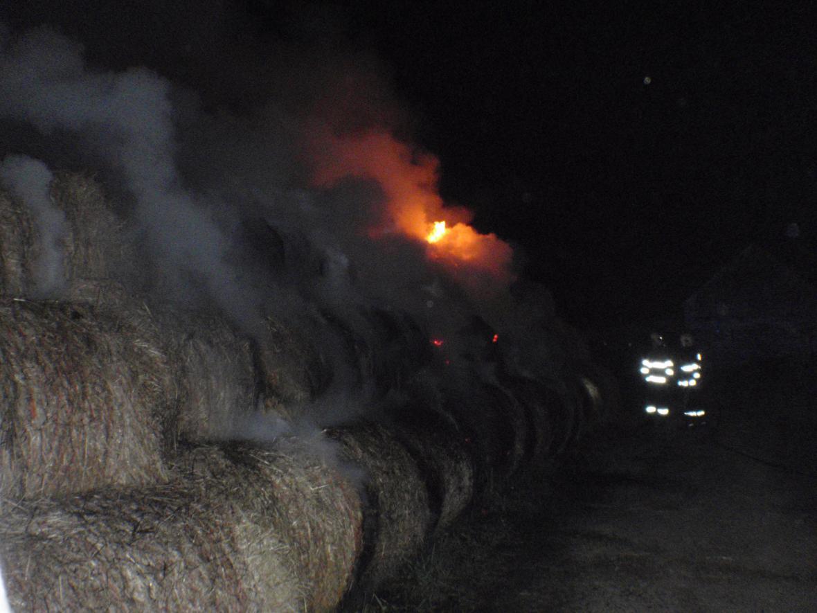 Noční požár u obce Lutopecny