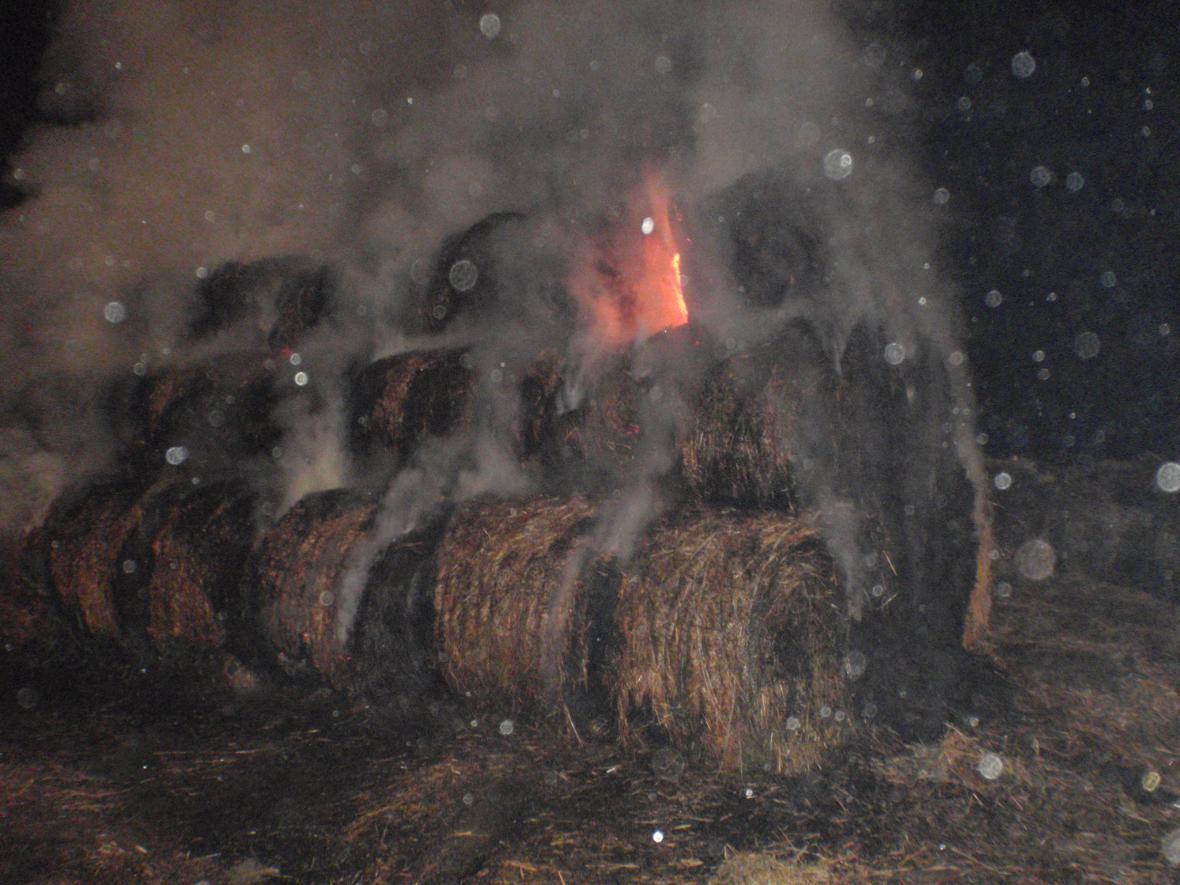 Noční požár slámy nedaleko obce Lutopecny