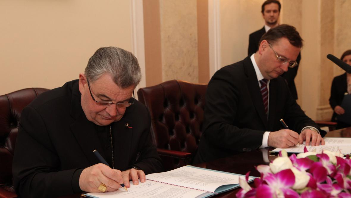 Premiér Petr Nečas a kardinál Dominik Duka podepisují smlouvu o finančním vyrovnání