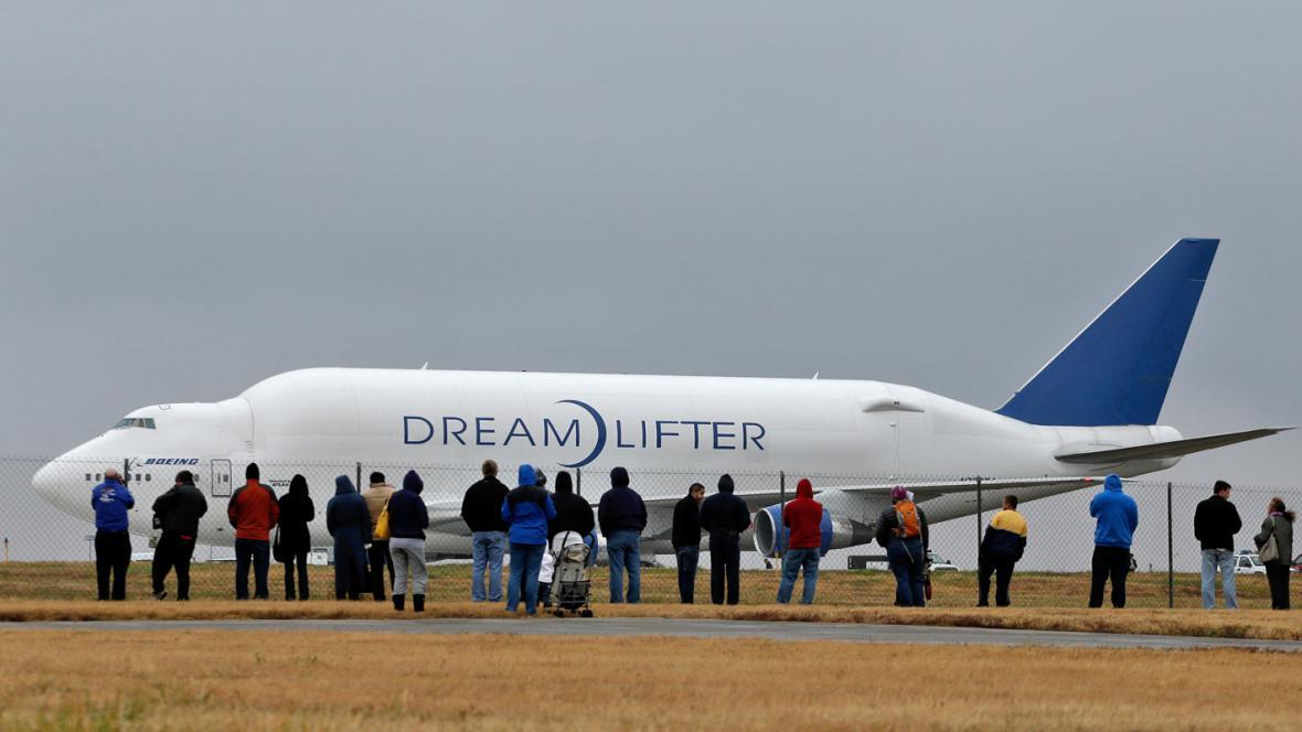 Dreamlifter před odletem z letiště Jabara